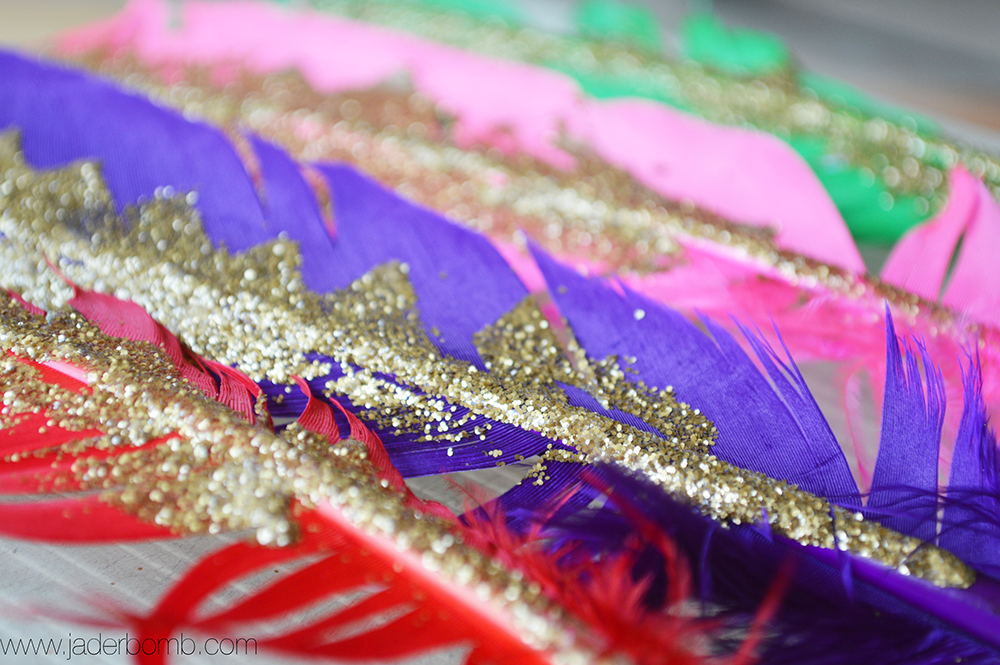 how to glitter feathers